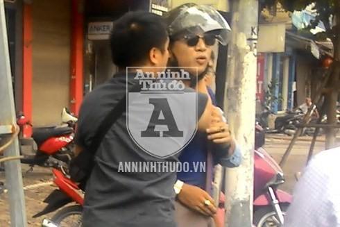 Đối tượng Trần Xuân Công (đeo kính râm) bị cảnh sát mật phục bắt giữ