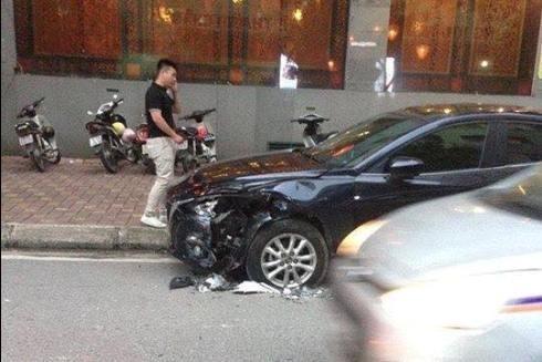 """Một chiếc xe ô tô bị lái xe """"điên"""" đâm phải gây hư hỏng"""