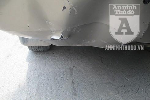Cú đâm khiến cản sau của xe bán tải bị móp, một bên đèn hậu bị nứt