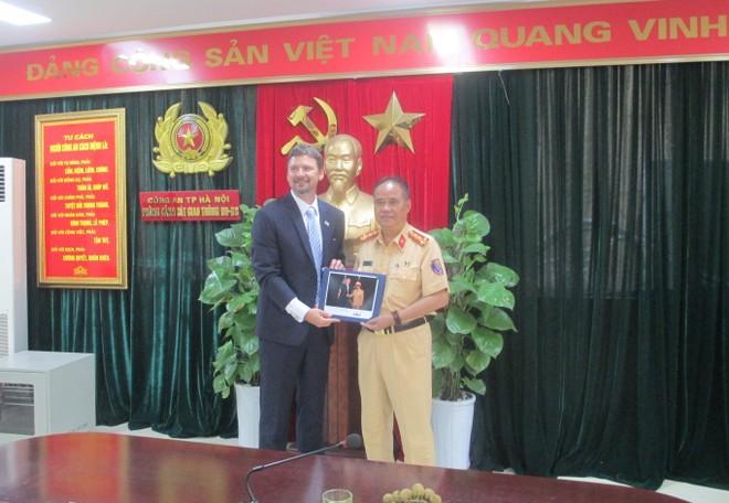 Ông Mitchell W Szydlowski trao tặng ảnh kỷ niệm chụp Tổng thống Mỹ Donald Trump với Đại tá Đào Vịnh Thắng