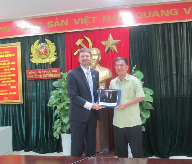 Ông Mitchell W Szydlowski trao tặng ảnh kỷ niệm chụp Tổng thống Mỹ Donald Trump với Đại tá Nguyễn Văn Hải