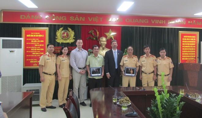 Đại diện Cơ quan Mật vụ Hoa Kỳ chụp ảnh lưu niệm với các cán bộ, chiến sĩ của Phòng CSGT Hà Nội