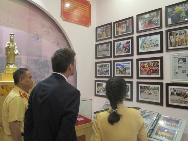 Đại diện Cơ quan Mật vụ Hoa Kỳ xem những hình ảnh ấn tượng của lực lượng CSGT Hà Nội