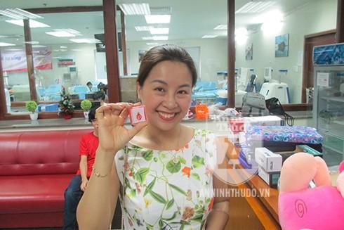 Nữ cán bộ của Bệnh viện Xanh Pôn nở nụ cười khi được nhận món quà kỷ niệm
