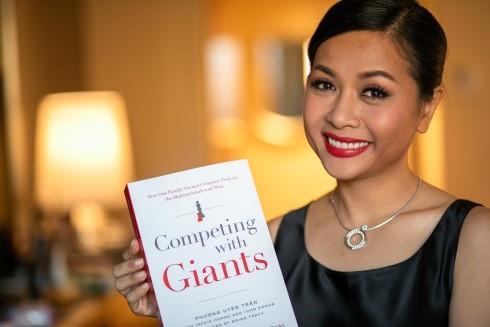 """Nữ tác giả Trần Uyên Phương đã ấp ủ từ lâu và mất 4 năm để cho ra mắt cuốn sách """"Competing with Giants"""""""