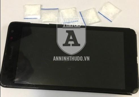Tang vật của đối tượng bị thu giữ, trong đó có 5 gói nilon chứa ma túy đá