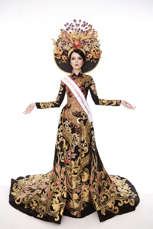 Trong trang phục áo dài truyền thống, cô gái sinh năm 1993 tỏa sáng trên sân khấu nhờ sự tự tin, sắc vóc đẹp và thần thái nổi bật.