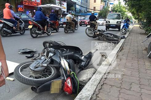 Hai chiếc xe máy bị đâm văng trên đường, sau cú tông mạnh của ô tô SUV