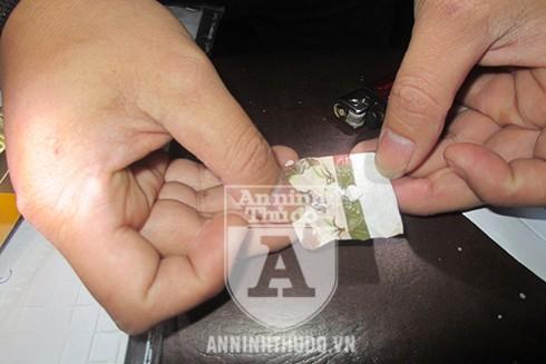 Cục heroin được lái xe ôm giấu kỹ trong túi, song đã bị Cảnh sát 141 phát hiện
