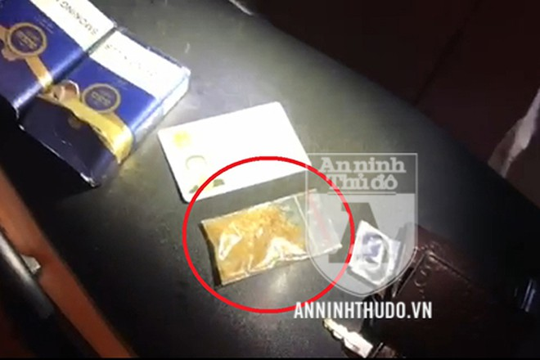 Gói ma túy màu vàng được phát hiện trong bao thuốc lá mà đối tượng để trong túi