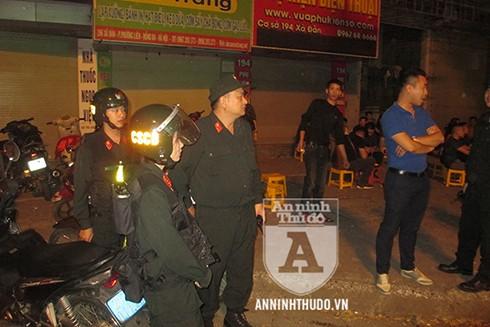 """Cả chiến sĩ CSCĐ Đặc nhiệm nữ cũng tham gia vào buổi triển khai đảm bảo ANTT buổi đêm """"ăn mừng"""" chiến thắng"""