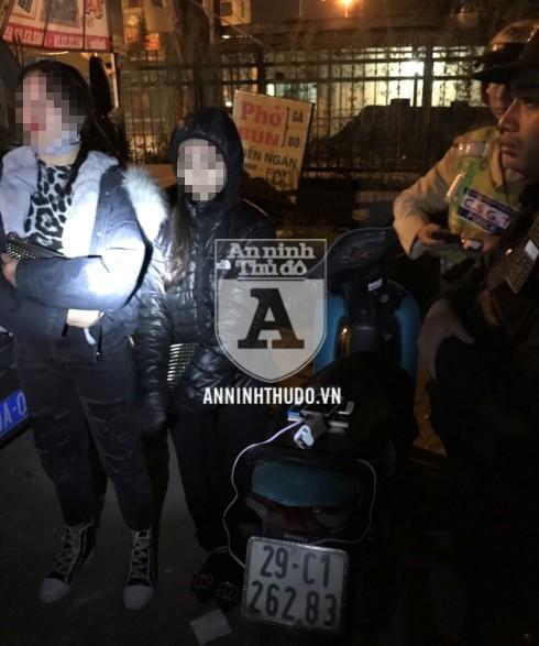 Hai cô gái trẻ điều khiển chiếc xe máy không rõ nguồn gốc, đeo BKS sai, đã bị lực lượng 141 xử lý