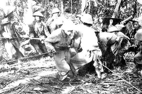 Bộ đội ta kéo pháo vào chiến dịch Điện Biên Phủ