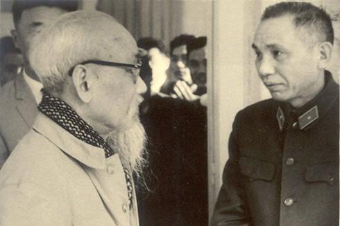 Đồng chí Phạm Ngọc Mậu báo cáo công tác với Bác Hồ