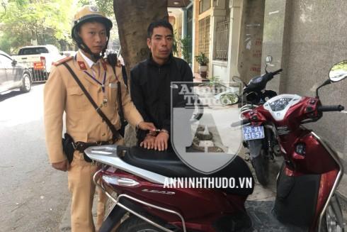 Trung úy Trần Xuân Tráng cùng đồng đội nhanh chóng truy bắt, khống chế đối tượng trộm cắp chuyên nghiệp