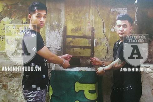 Hai tên Lê Quốc Hưng (trái) và Nguyễn Phi Anh chỉ vào vị trí mà chúng còng tay nạn nhân, sau khi cướp tài sản