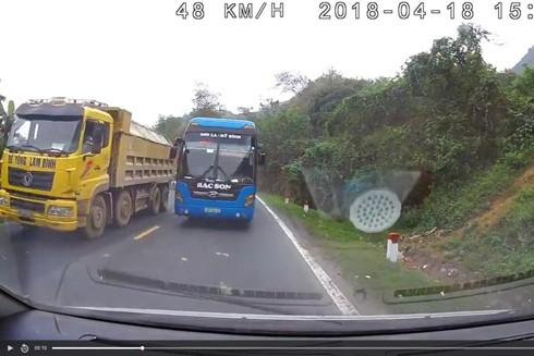 Một xe khách vượt ẩu, bất chấp những rủi ro có thể xảy ra trên đường
