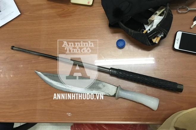 Tổ công tác Y29/141 phát hiện dao bầu và dùi cui sắt trong tư trang của nam thanh niên 9x