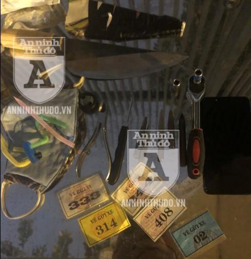 Dao bầu, bộ dụng cụ phá khóa xe máy cùng nhiều chiếc vé xe khác nhau được tìm thấy trong tư trang của đối tượng