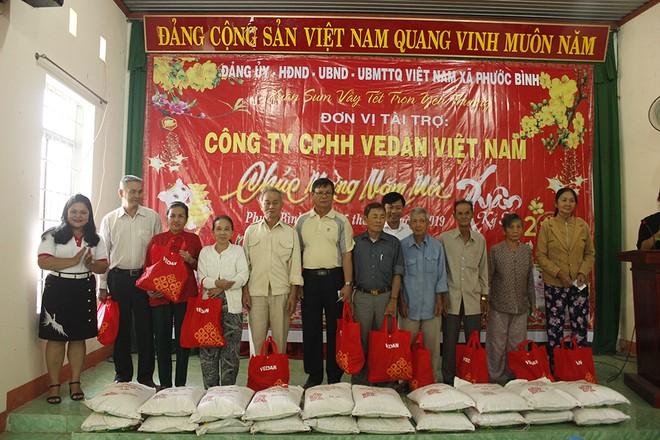 Bà Nguyễn Thu Thủy, đại diện Vedan - trao quà Tết cho bà con xã Phước Bình, huyện Long Thành