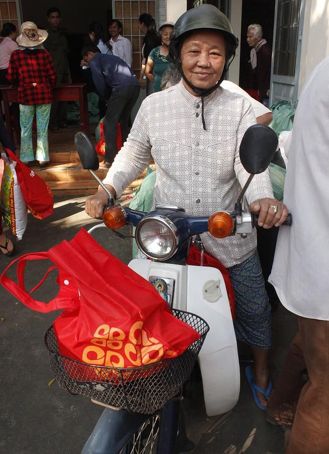 Nụ cười của người dân ở xã Phước Bình sau khi nhận quà