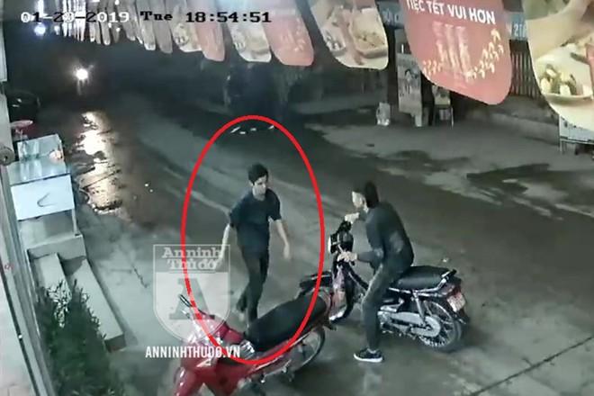 Nghi can gây ra vụ cứa cổ lái xe taxi ở SVĐ Mỹ Đình bỏ chạy trên phố với chân trần