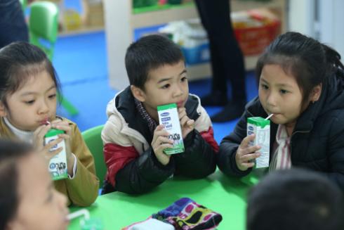 Trẻ em hào hứng với những hộp sữa Vinamilk trong Chương trình Sữa học đường