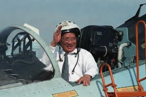Chủ tịch nước Lê Đức Anh lên buồng lái máy bay chiến đấu Su-27 trong chuyến thăm Trung đoàn Không quân 937, Quân chủng Không quân Việt Nam, ngày 1/5/1996. (Ảnh: Cao Phong/TTXVN)
