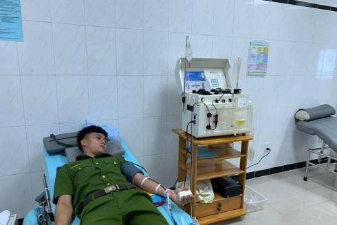 Trung sĩ Trần Nam Cường đang tham gia hiến tiểu cầu, cứu người bệnh nguy kịch