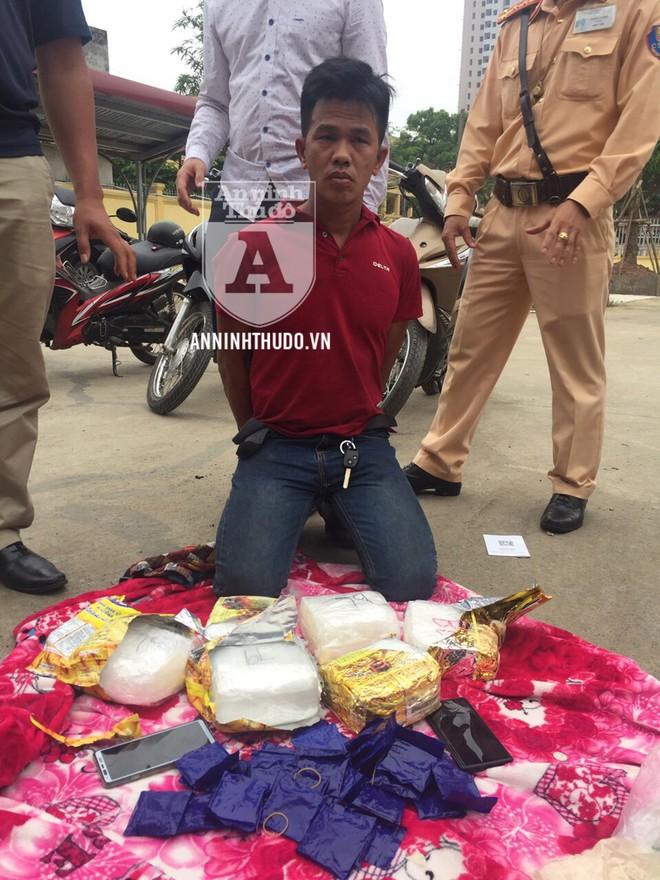 Nguyễn Văn Thành và số tang vật bị phát hiện (gồm 6 gói ma túy đá cỡ lớn, cùng 30 túi nilon đựng 6.000 viên ma túy tổng hợp)
