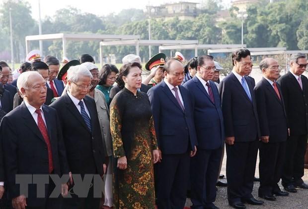 Đoàn đại biểu lãnh đạo, nguyên lãnh đạo Đảng, Nhà nước và MTTQ Việt Nam đến đặt vòng hoa và vào Lăng viếng Chủ tịch Hồ Chí Minh. (Ảnh: Dương Giang/TTXVN)