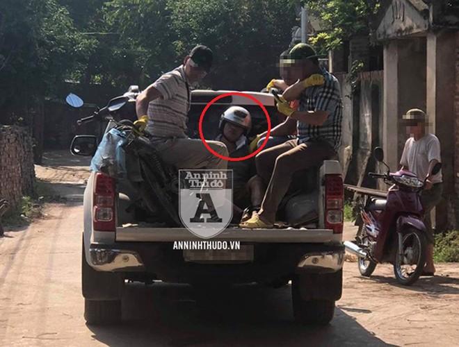 Các trinh sát hình sự đặc nhiệm của Phòng CSHS (CATP Hà Nội) bắt giữ Đỗ Văn Bình, áp giải về trụ sở số 7 phố Thiền Quang