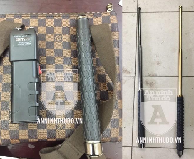 Công cụ hỗ trợ gồm 2 dùi cui sắt và 1 kìm điện được tìm thấy trong hành lý của 2 đối tượng