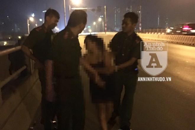 Bằng cách thuyết phục khéo léo, tổ Cảnh sát 113 (CAQ Hai Bà Trưng) đã tìm cách tiếp cận, giữ và đưa người phụ nữ nghĩ quẩn vào trong cầu an toàn