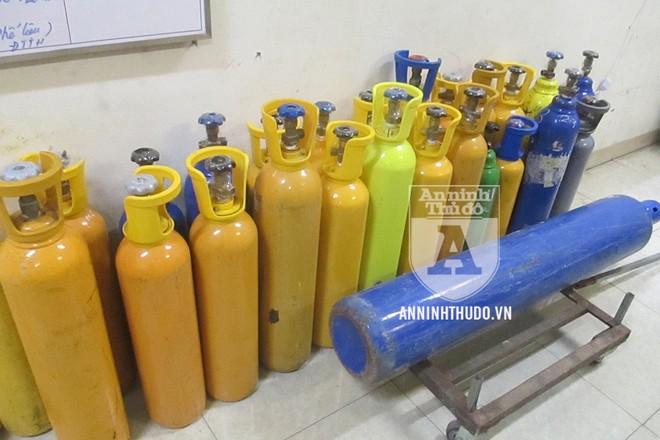 26 bình khí cười các loại đã bị thu giữ trong vụ phát hiện