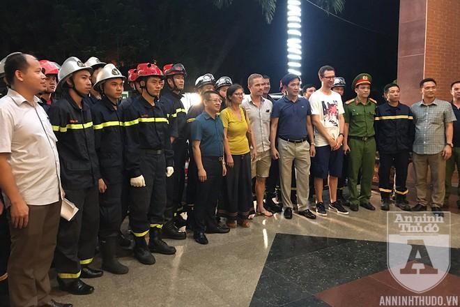 Các lực lượng tham gia cuộc giải cứu người đàn ông Pháp định tự sát từ tầng 7