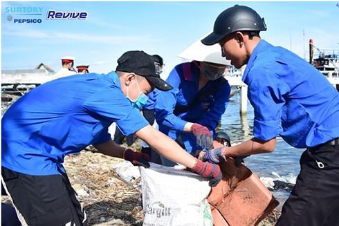 Hơn 8,5 tấn rác thải được sinh viên tình nguyện thu gom từ các bãi biển ảnh 4
