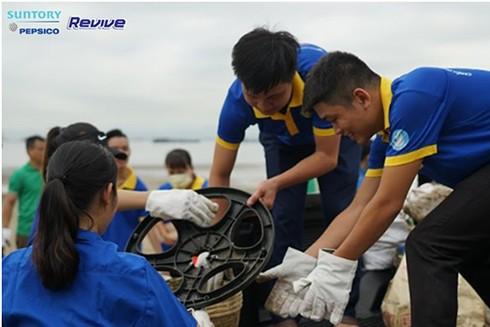 Hơn 8,5 tấn rác thải được sinh viên tình nguyện thu gom từ các bãi biển ảnh 6