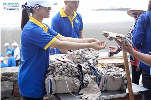 Hơn 8,5 tấn rác thải được sinh viên tình nguyện thu gom từ các bãi biển