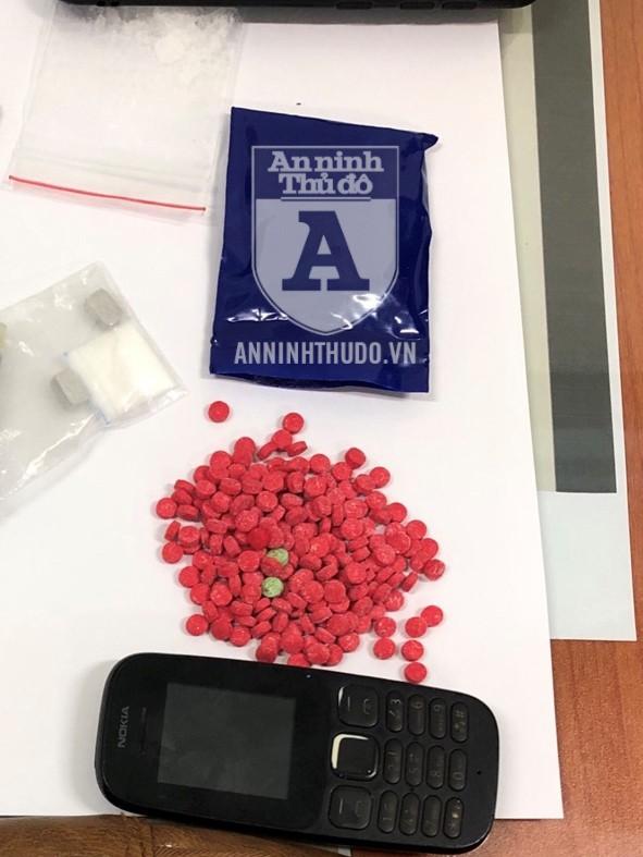 Các loại ma túy khác nhau được đối tượng giấu trong chiếc túi đeo chéo
