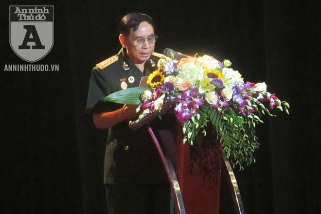 Đại tá Trần Đình Đích - Tổng Biên tập Tạp chí Điện tử Da cam - phát biểu tại buổi lễ tri ân