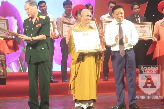 Bộ trưởng Bộ Tài nguyên và Môi trường Trần Hồng Hà (ngoài cùng, bên phải) và Thượng tướng Nguyễn Văn Rinh - Chủ tịch Hội Nạn nhân chất độc da cam/dioxin Việt Nam (ngoài cùng, bên trái) - trao bằng khen tặng các cá nhân, đại diện doanh nghiệp đã đồng hành