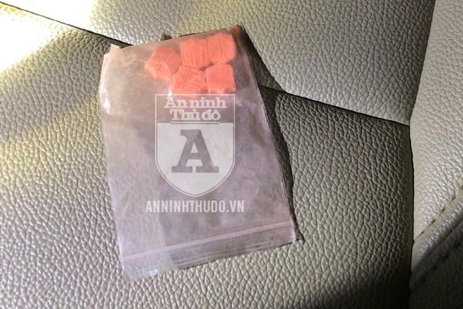 Gói ma túy tổng hợp gồm 5 viên nén bị đối tượng phi tang