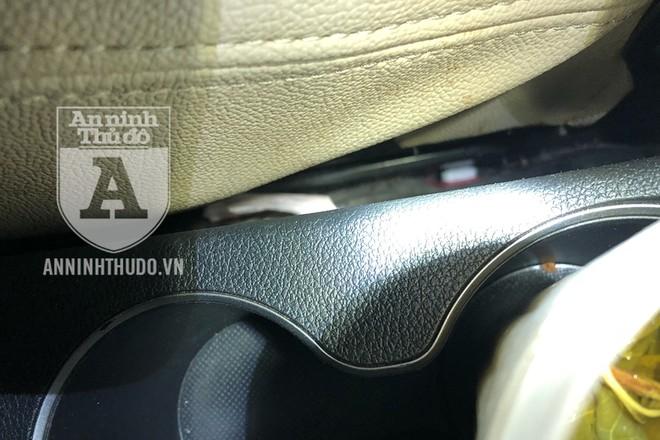 Vị trí đối tượng thả gói ma túy hòng phi tang trong xe ô tô
