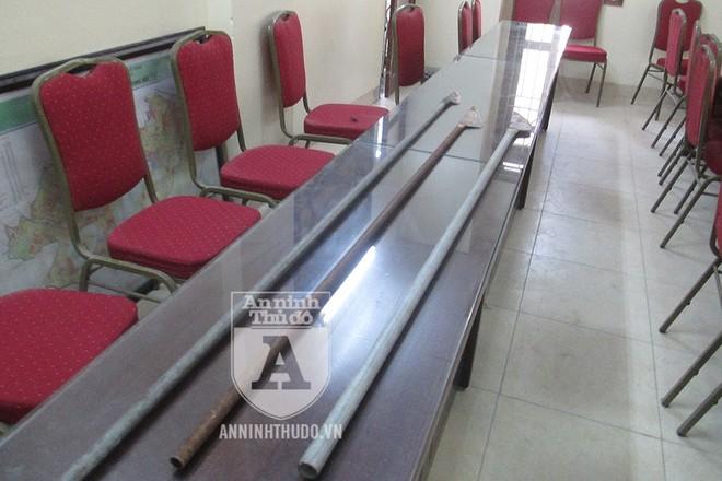 Những con dao phóng lợn hàn tuýp sắt mà công an thu giữ được khi bắt giữ nhóm cướp nhí