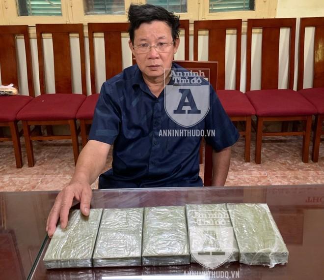 Đối tượng Long và 5 bánh heroin mà y giấu trong túi để chuyển từ Nghệ An ra Hà Nội