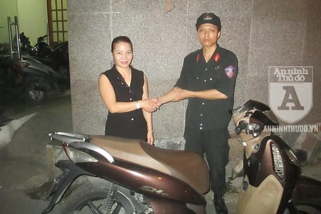Người phụ nữ vui mừng khi được Cảnh sát 141 thông báo đã tìm được chiếc xe máy SH mà chị bị trộm lấy cắp