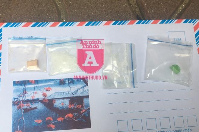 """Tang vật bị thu giữ: 2 gói nghi ketamin và """"kẹo"""" ngoài cùng bên trái là của đối tượng Phong, còn lại là của Tuyết Anh"""