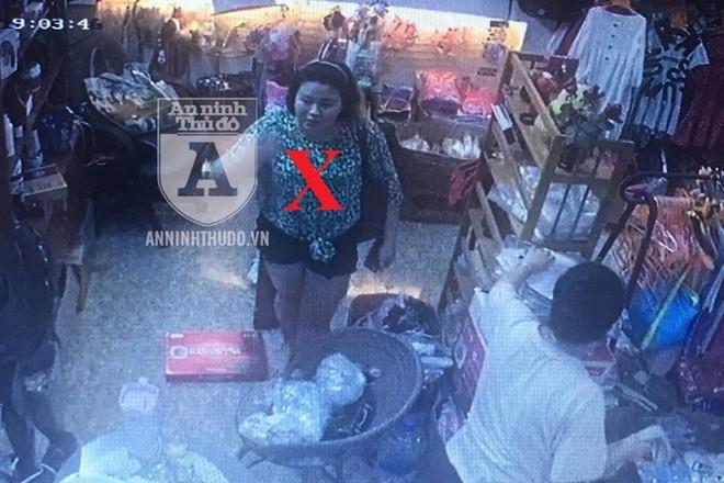 Đối tượng nữ có dáng người béo đậm (X) đã lấy cắp chiếc ví trong chớp mắt