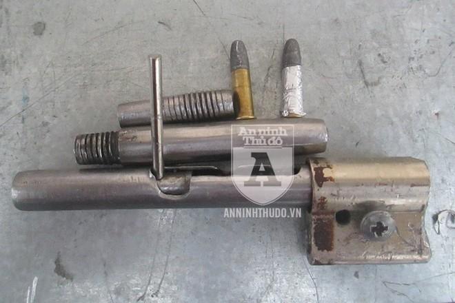 Khẩu súng tự chế với đạn đã lên nòng bị phát hiện trong túi quần của đối tượng